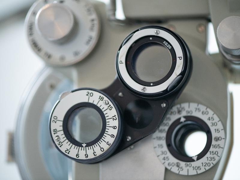 Nach der automatischen Messung wird die Sehstärke bestimmt und die geeigneten Brillengläser ausgewählt.