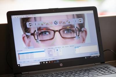 Mit dem Videozentriersystem visuReal® erhalten wir eine exakte Messung, die eine perfekte Zentrierung der Brillengläser sicherstellt.